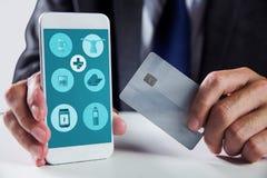 Σύνθετη εικόνα του επιχειρηματία που χρησιμοποιεί το smartphone Στοκ φωτογραφία με δικαίωμα ελεύθερης χρήσης