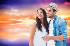 Σύνθετη εικόνα του ευτυχούς ζεύγους hipster που χαμογελά από κοινού Στοκ φωτογραφίες με δικαίωμα ελεύθερης χρήσης