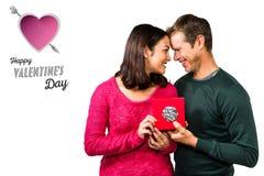 Σύνθετη εικόνα του ευτυχούς κιβωτίου δώρων εκμετάλλευσης ζευγών Στοκ εικόνα με δικαίωμα ελεύθερης χρήσης