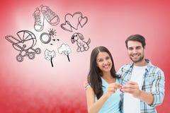 Σύνθετη εικόνα του ευτυχούς νέου ζεύγους που παρουσιάζει κλειδί καινούργιων σπιτιών Στοκ Φωτογραφίες