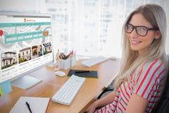 Σύνθετη εικόνα του ελκυστικού συντάκτη φωτογραφιών που εργάζεται στον υπολογιστή στοκ εικόνα με δικαίωμα ελεύθερης χρήσης