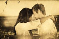 Σύνθετη εικόνα του ζεύγους που αγκαλιάζει η μια την άλλη στην παραλία Στοκ φωτογραφία με δικαίωμα ελεύθερης χρήσης