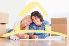 Σύνθετη εικόνα του ζεύγους που οργανώνει το μελλοντικό σπίτι τους Στοκ φωτογραφία με δικαίωμα ελεύθερης χρήσης