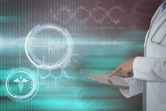Σύνθετη εικόνα του θηλυκού γιατρού που χρησιμοποιεί την ψηφιακή ταμπλέτα στοκ εικόνα με δικαίωμα ελεύθερης χρήσης