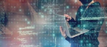 Σύνθετη εικόνα του θηλυκού χάκερ που χρησιμοποιεί το lap-top και την πιστωτική κάρτα Στοκ Φωτογραφίες
