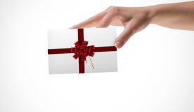 Σύνθετη εικόνα του θηλυκού χεριού που παρουσιάζει μια κάρτα Στοκ Φωτογραφία