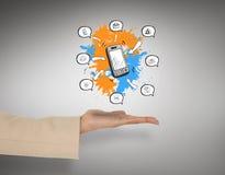 Σύνθετη εικόνα του θηλυκού χεριού που παρουσιάζει το smartphone apps Στοκ Εικόνα