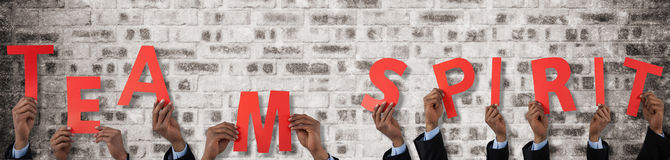 Σύνθετη εικόνα του καλλιεργημένου χεριού του αλφάβητου ε εκμετάλλευσης επιχειρηματιών Στοκ φωτογραφίες με δικαίωμα ελεύθερης χρήσης