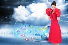 Σύνθετη εικόνα του κομψού brunette στο κόκκινο φόρεμα που φορά τα εγκιβωτίζοντας γάντια Στοκ φωτογραφία με δικαίωμα ελεύθερης χρήσης