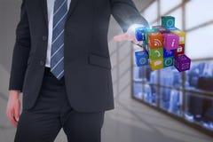 Σύνθετη εικόνα του μέσου επιχειρηματία τμημάτων που δείχνει τον κύβο με το δάχτυλό του Στοκ εικόνα με δικαίωμα ελεύθερης χρήσης