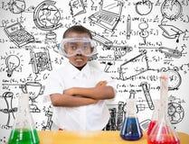 Σύνθετη εικόνα του μαθητή που πραγματοποιεί το πείραμα επιστήμης στοκ εικόνες