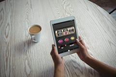 Σύνθετη εικόνα του μηχανήματος τυχερών παιχνιδιών με κέρματα με το κείμενο και των αριθμών στην κινητή επίδειξη Στοκ φωτογραφία με δικαίωμα ελεύθερης χρήσης