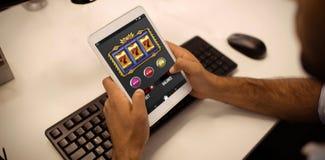 Σύνθετη εικόνα του μηχανήματος τυχερών παιχνιδιών με κέρματα app χαρτοπαικτικών λεσχών στην κινητή οθόνη στοκ εικόνα με δικαίωμα ελεύθερης χρήσης