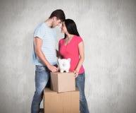 Σύνθετη εικόνα του νέου ζεύγους με την κίνηση των κιβωτίων Στοκ φωτογραφία με δικαίωμα ελεύθερης χρήσης
