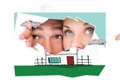 Σύνθετη εικόνα του νέου ζεύγους που κρυφοκοιτάζει μέσω του σχισμένου εγγράφου Στοκ εικόνες με δικαίωμα ελεύθερης χρήσης
