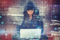 Σύνθετη εικόνα του νέου θηλυκού χάκερ που χρησιμοποιεί το lap-top καθμένος Στοκ φωτογραφία με δικαίωμα ελεύθερης χρήσης