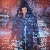 Σύνθετη εικόνα του νέου θηλυκού χάκερ στη μαύρη στάση hoodie στοκ φωτογραφία