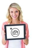Σύνθετη εικόνα του νέου όμορφου σπουδαστή που παρουσιάζει PC ταμπλετών Στοκ Φωτογραφίες