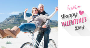 Σύνθετη εικόνα του ξένοιαστου ζεύγους που πηγαίνει σε έναν γύρο ποδηλάτων στην παραλία Στοκ Φωτογραφίες
