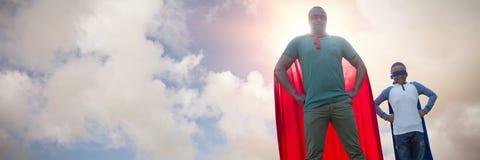 Σύνθετη εικόνα του πατέρα και του γιου που προσποιούνται να είναι superhero στοκ φωτογραφίες με δικαίωμα ελεύθερης χρήσης