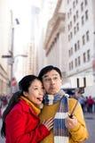 Σύνθετη εικόνα του παλαιότερου ασιατικού ζεύγους στο μπαλκόνι που παίρνει selfie Στοκ Φωτογραφίες