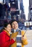 Σύνθετη εικόνα του παλαιότερου ασιατικού ζεύγους στο μπαλκόνι που παίρνει selfie Στοκ φωτογραφίες με δικαίωμα ελεύθερης χρήσης