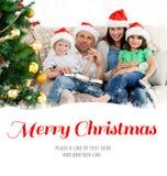 Σύνθετη εικόνα του πορτρέτου μιας οικογένειας στα Χριστούγεννα στον καναπέ Στοκ Εικόνα