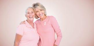 Σύνθετη εικόνα του πορτρέτου της ευτυχούς κόρης με την ενισχυτική συνειδητοποίηση καρκίνου του μαστού μητέρων στοκ φωτογραφία