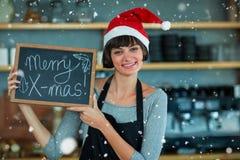 Σύνθετη εικόνα του πορτρέτου της σερβιτόρας που παρουσιάζει πλάκα με το εύθυμο κείμενο Χριστουγέννων Στοκ Εικόνες