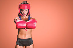 Σύνθετη εικόνα του πορτρέτου του θηλυκού μαχητή με τα γάντια Στοκ Φωτογραφίες