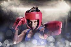 Σύνθετη εικόνα του πορτρέτου του θηλυκού μπόξερ με τα γάντια και το κάλυμμα Στοκ εικόνα με δικαίωμα ελεύθερης χρήσης