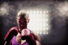 Σύνθετη εικόνα του πορτρέτου του μαχητή γυναικών με τα γάντια Στοκ εικόνα με δικαίωμα ελεύθερης χρήσης