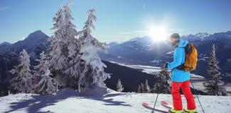 Σύνθετη εικόνα του σκιέρ με κίτρινο να κάνει σκι σακιδίων πλάτης Στοκ Εικόνες