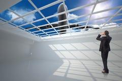 Σύνθετη εικόνα του τονισμένου επιχειρηματία με τα χέρια στο κεφάλι Στοκ Φωτογραφίες