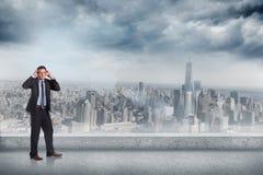 Σύνθετη εικόνα του τονισμένου επιχειρηματία με τα χέρια στο κεφάλι Στοκ Εικόνα