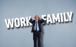 Σύνθετη εικόνα του τονισμένου επιχειρηματία με τα χέρια στο κεφάλι Στοκ φωτογραφία με δικαίωμα ελεύθερης χρήσης