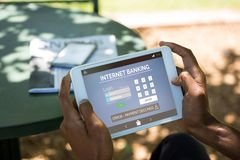 Σύνθετη εικόνα του τραπεζικού κειμένου Διαδικτύου με τη σελίδα σύνδεσης στο τηλέφωνο Στοκ εικόνα με δικαίωμα ελεύθερης χρήσης