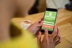 Σύνθετη εικόνα του τραπεζικού κειμένου Διαδικτύου με τη σελίδα σύνδεσης στην κινητή οθόνη Στοκ Εικόνα