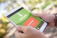 Σύνθετη εικόνα του τραπεζικού κειμένου Διαδικτύου στην κινητή οθόνη Στοκ Φωτογραφία