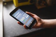 Σύνθετη εικόνα του τραπεζικού κειμένου Διαδικτύου στην μπλε κινητή επίδειξη Στοκ φωτογραφία με δικαίωμα ελεύθερης χρήσης