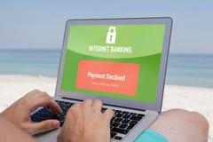 Σύνθετη εικόνα του τραπεζικού κειμένου Διαδικτύου στην πράσινη επίδειξη Στοκ Εικόνα