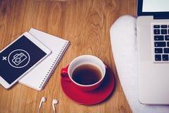 Σύνθετη εικόνα του υπερυψωμένου πυροβολισμού του lap-top, της ταμπλέτας, του καφέ και των ακουστικών Στοκ φωτογραφία με δικαίωμα ελεύθερης χρήσης