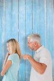 Σύνθετη εικόνα του υ ατόμου που δείχνει στη σύζυγό του Στοκ Εικόνες