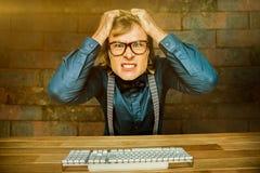 Σύνθετη εικόνα του υ επιχειρηματία hipster που κρατά τις τρίχες του Στοκ εικόνες με δικαίωμα ελεύθερης χρήσης