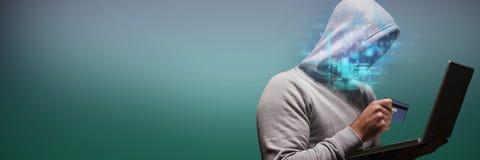 Σύνθετη εικόνα του χάκερ που χρησιμοποιεί το lap-top κρατώντας την πιστωτική κάρτα Στοκ φωτογραφίες με δικαίωμα ελεύθερης χρήσης