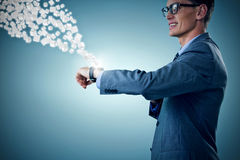 Σύνθετη εικόνα του χαμογελώντας επιχειρηματία που εξετάζει το έξυπνο ρολόι τρισδιάστατου Στοκ Εικόνες