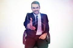 Σύνθετη εικόνα του χαμογελώντας επιχειρηματία σε ένα γραφείο καρεκλών που προσφέρει τη χειραψία Στοκ εικόνα με δικαίωμα ελεύθερης χρήσης