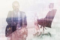 Σύνθετη εικόνα του χαμογελώντας επιχειρηματία σε ένα γραφείο καρεκλών που προσφέρει τη χειραψία Στοκ Εικόνα