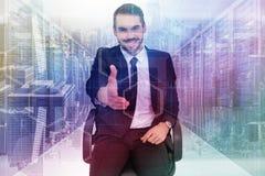 Σύνθετη εικόνα του χαμογελώντας επιχειρηματία σε ένα γραφείο καρεκλών που προσφέρει τη χειραψία Στοκ εικόνες με δικαίωμα ελεύθερης χρήσης