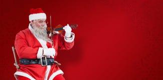 Σύνθετη εικόνα του χαμόγελου του βιολιού παιχνιδιού Άγιου Βασίλη στην καρέκλα Στοκ Φωτογραφίες